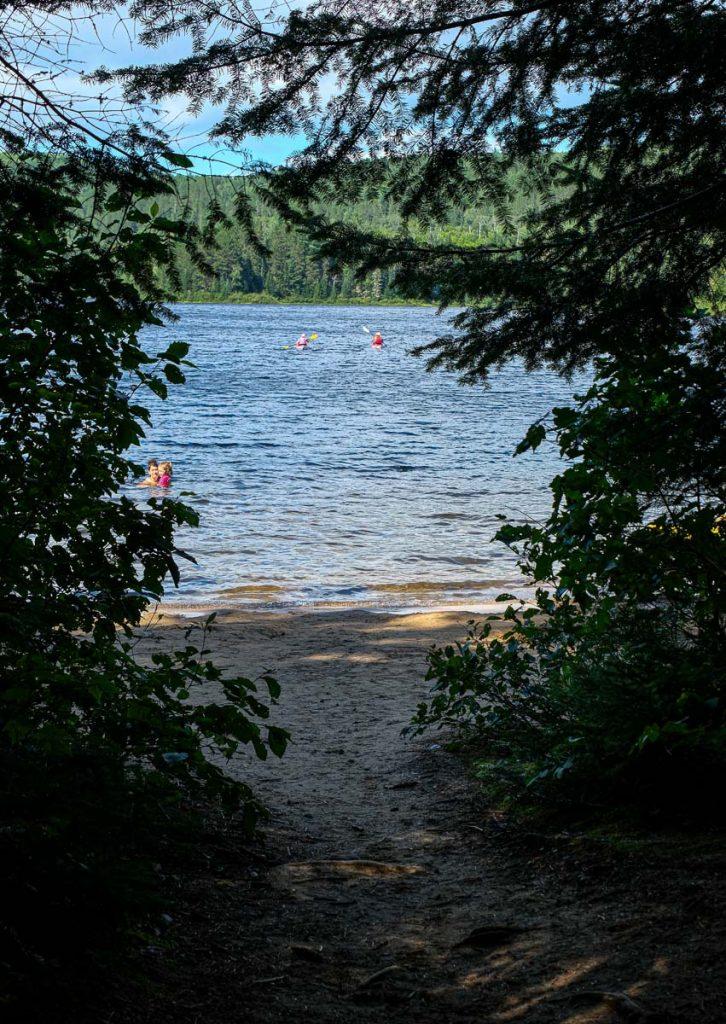 Une belle petite plage dans la boucle E du camping du lac Wapizagonke